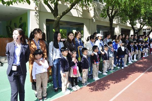 毕业在即,大班的孩子们即将告别生活了四年的幼儿园,进入小学踏上崭新的人生旅途。为了帮助大班孩子全面、直观地了解小学的学习生活及环境,体验小学生的成长变化,以积极的心态迎接小学生活,2018年4月19日上午,七彩阳光幼儿园全体大班孩子们和家长们在老师的带领下参观了温州市建设小学瓯江校区,为幼小衔接上了最直观、最生动的一课。 踏进校园,一切都让孩子们感到新鲜。他们努力地寻找着小学与幼儿园的不同之处,认真地观察着校园里的每个角落。在操场上孩子们精神饱满地和哥哥姐姐一起参加了升旗仪式,齐唱国歌,体验到了作为一名小