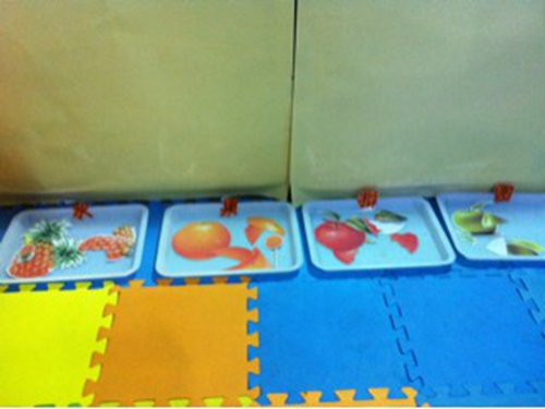 益智区水果拼图,幼儿玩这个兴致很高